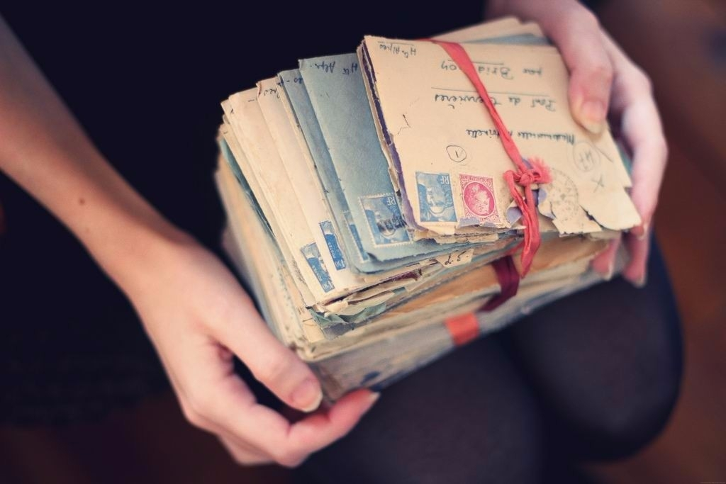 Свежие, открытка у девушки в руках